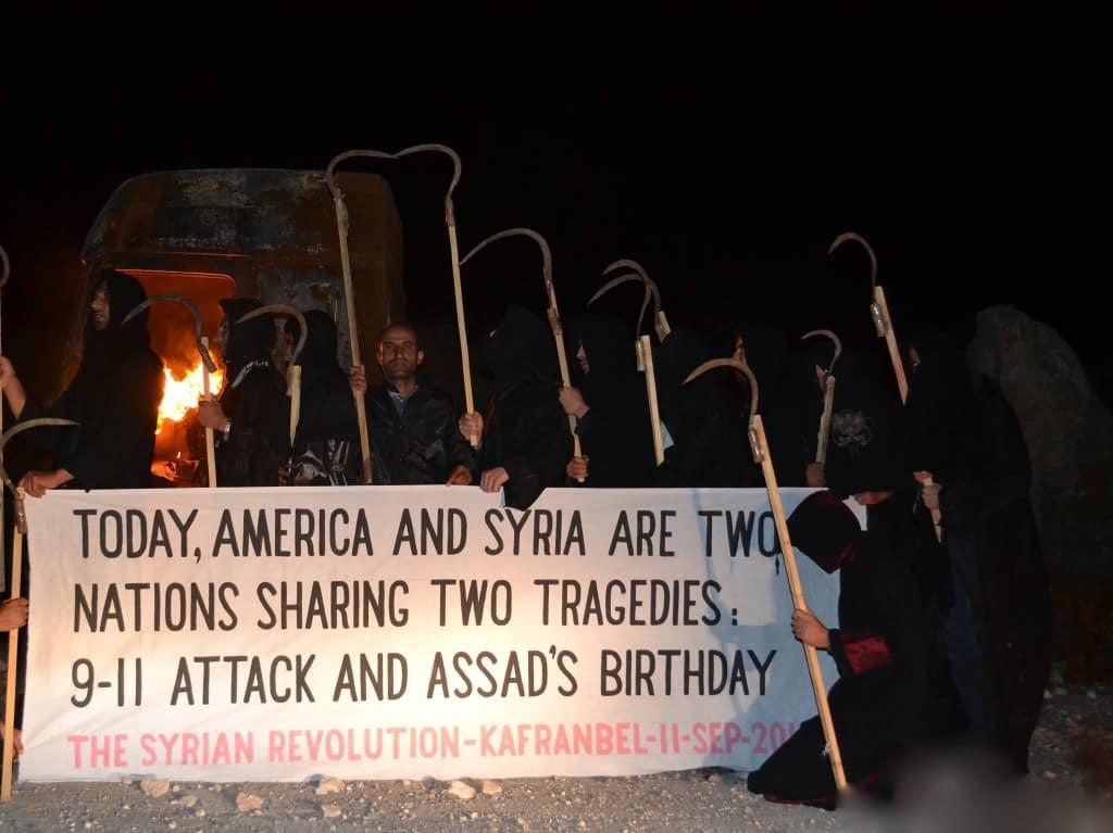 """Banner in Kafranbel am 11. September 2013: """"Heute teilen sich Amerika und Syrien zwei Tragödien: Die Anschläge vom 11. September und den Geburtstag von Assad."""""""
