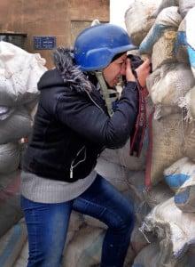Die Fotografin Nour Kelze während der Arbeit in Aleppo. Ihre Fotos werden auch von Reuters vermarktet. Credit: npr.