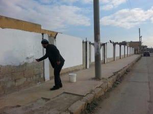 AktivistInnen übermalen radikalislamistische Graffiti