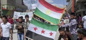 Demonstration pro-revolutionärer Aktivist_innen in Elend Kobani in der Provinz Aleppo im April 2012. Bild: Freedom House/Flickr. CC-BY