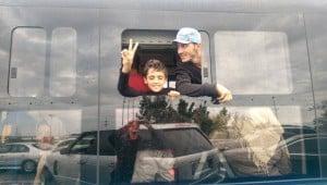 In Bussen kommen die Flüchtlinge an der österreichischen Grenze an, ein Hauch von 1989 liegt in der Luft.