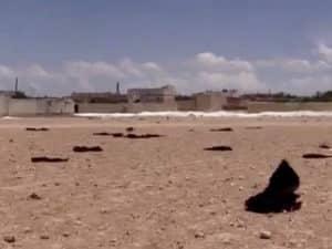 Herumliegende Niqabs, zurückgelassen von Frauen, denen die Flucht aus IS-Gebiet gelungen ist. Quelle: Screenshot ANHA News