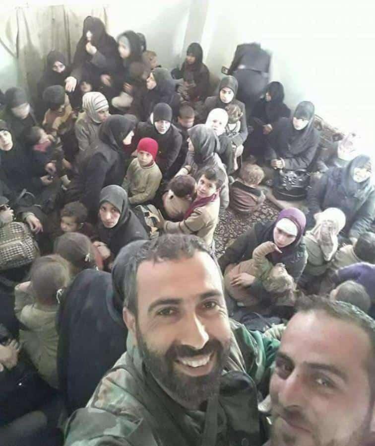 Soldaten des Assad-Regimes machen Selfies mit Frauen und Kindern aus OSt-Ghouta, die zuvor von den Männern getrennt wurden. Foto via Twitter @SiegeWatch
